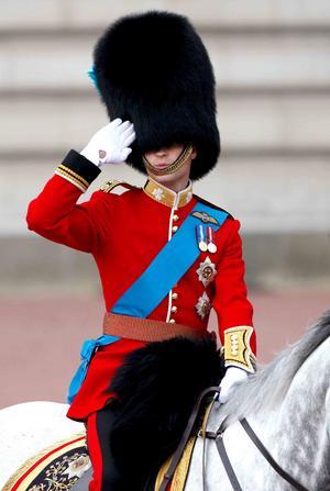 EL príncipe William desfiló a caballo por Londres.