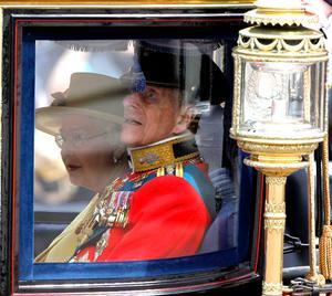 La reina, vestida de amarillo con usual sombrero y bolso de mano, y el duque, ataviado con tradicional traje militar, viajaron en una carroza escoltada por militares a caballo para después presenciar la ceremonia en una plaza cerca del Palacio de Buckingham.
