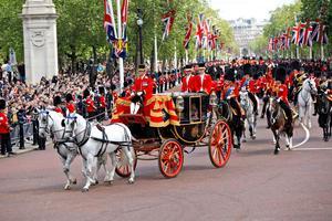 Un colorido desfile militar que data de hace casi 300 años se celebró en Londres en honor al cumpleaños de la reina.