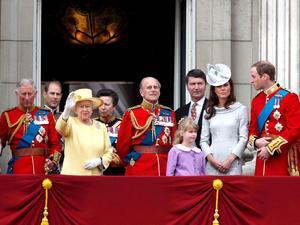 La reina Isabel II celebró oficialmente su cumpleaños número 86,  con un colorido desfile militar que data de hace casi 300 años.