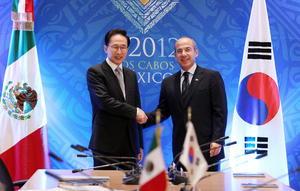El presidente surcoreano, Lee Myung-bak se reunió con el presidente Felipe Calderón en Los Cabos.