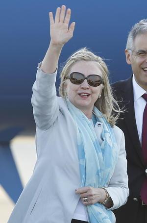 La secretaria de Estado de Estados Unidos, Hillary Clinton, saludó a su llegada a México.