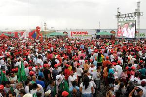 Alrededor de 40 mil personas llegaron a Torreón procedentes de municipios laguneros y de otras partes del estado, que en todo momento vitorearon al candidato del PRI.