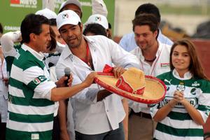 El cantante lagunero Pablo Montero regaló un sombrero de charro al aspirante presidencial del PRI.