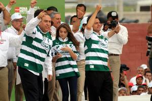 El aspirante presidencial y sus acompañantes se pusieron la camiseta del actual campeón del futbol mexicano, Santos Laguna, que tiene como sede esta ciudad.