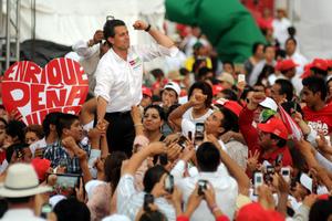 El candidato presidencial de la coalición Compromiso por México, Enrique Peña Nieto, se reunió aquí con simpatizantes para firmar un compromiso con La Laguna.