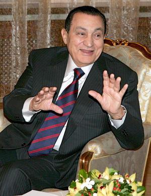 Mubarak, de 84 años, 30 ellos detentando el poder de forma autoritaria y burlándose de las urnas, estaba amarrando su sucesión en la figura de su hijo Gamal.