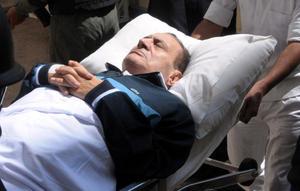 """El expresidente egipcio Hosni Mubarak, de 84 años, condenado a prisión perpetua por la represión a las movilizaciones populares del año pasado, fue declarado con """"muerte clínica""""."""