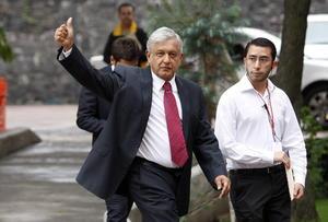 López Obrador insistió en que es tal el poder de los medios en México que quieren imponer al próximo Presidente, por lo que dijo que la única salida es la competencia.