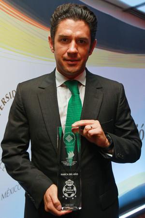 Alejandro Irarragorri muestra el Premio Nacional de Mercadotecnia Anáhuac Al-Ries. (Jam Media)