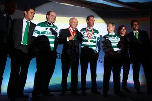 Jesus Quirce, Leopoldo Garza, Carlos Slim y Carlos Gomez recibieron una playera del Santos Laguna como regalo del club. (Jam Media)