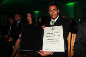 Oswaldo Sánchez muestra la certificación como Marca del Año. (Jam Media)