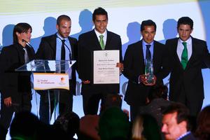Iván 'El Guty' Estrada, Marc Crosas, Oswaldo Sánchez, Benjamín Galindo y Alejandro Irarragorri posan con los reconocimientos que validan a Santos Laguna como la Marca del Año. (Jam Media)