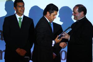 El Rector de la Universidad Anáhuac, Jesús Quirce Andrés entrega el reconocimiento al presidente del Santos Laguna. (Jam Media)