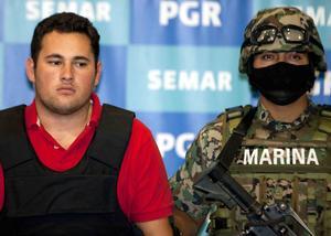 Al momento de su captura se le aseguraron dos armas largas y dos cortas, cuatro granadas, 135 mil dólares americanos, 295 mil pesos, identificaciones con distintos nombres y dos vehículos.