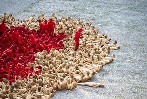 Los participantes se desnudaron a la 01:00 GMT en la plaza de Marstall y se pintaron el cuerpo entero, unos de amarillo y otros de rojo.