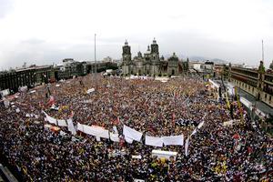 Arropado por miles de simpatizantes que lo acompañaron en su cierre de campaña, López Obrador aseguró que no será un presidente subordinado que defraude la confianza de los mexicanos.
