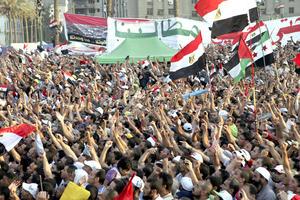 Miles de personas se manifestaron contra las prerrogativas que se ha reservado la Junta Militar egipcia y la disolución del Parlamento en la plaza cairota de Tahrir. Muchos de los manifestantes acudieron pertrechados con banderas egipcias y fotografías de Morsi a la emblemática plaza.