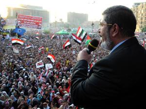 """Mursi destacó que """"nace hoy un Estado fuerte con su pueblo, su historia, sus creencias y sus instituciones, en cuyo corazón está el Tribunal Constitucional""""."""