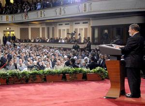 El islamista pronunció un breve discurso en el que destacó la importancia del Constitucional, pese a que en un principio quería prestar juramento como presidente ante el Parlamento, disuelto por una decisión de este tribunal que halló irregularidades en su composición.