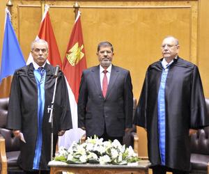 """""""Juro por Dios, que es grande, preservar con lealtad el sistema republicano, respetar la Constitución y la ley, tener en consideración los intereses del pueblo de manera total y preservar la independencia de la patria, su integridad y su territorio"""", dijo Mursi en un acto en la sede de Constitucional, en el sur de El Cairo."""