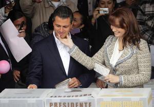 El candidato de la Coalición Compromiso por México (PRI-PVEM), Enrique Peña Nieto, emitió su voto acompañado por su esposa, Angélica Rivera, su madre, Socorro Nieto y sus hijos.