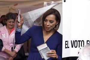 Pasadas las 09:40 hora local (14.40 GMT) Vazquez Mota, emitió su voto tras llegar al colegio electoral que le correspondía acompañada de su esposo, Sergio Ocampo, y de sus tres hijas, María José, Montserrat y Celia.