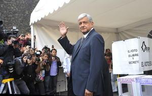 El candidato de la izquierda a la Presidencia de la República, Andrés Manuel López Obrador, informó  al emitir su votó lo hizo por José María Pérez Gay para Presidente de la República.