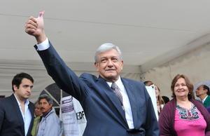 El candidato de la coalición Movimiento Progresista, Andrés Manuel López Obrador, emitió su voto y confió en que el proceso electoral se desarrollará de manera pacífica.