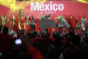 El cantante de música banda, Julio Preciado participo en los festejos en las inmediaciones del CEN del PRI.