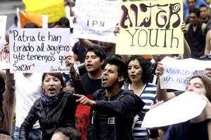 """""""Prefiero morir de pie que vivir arrodillado ante Peña Nieto"""" y """"Se ve, se siente, Enrique es delincuente"""", eran otras de las leyendas alzaban los jóvenes en pancartas."""