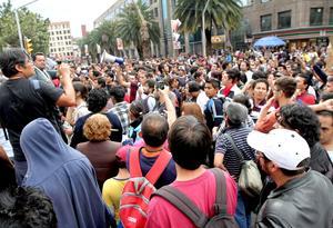 """En la marcha, que se desarrolló de manera ordenada y pacífica, participaron decenas de miles de jóvenes que corean lemas como """"Fuera Peña"""", en referencia al virtual ganador de las elecciones presidenciales."""