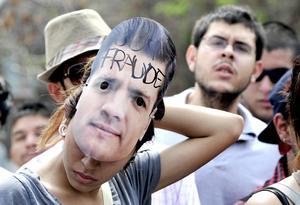 Jóvenes lucían máscaras con la imagen de Enrique Peña Nieto.