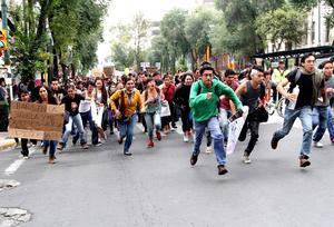El colectivo inició su marcha desde Estela de la Luz al Monumento a la Revolución.