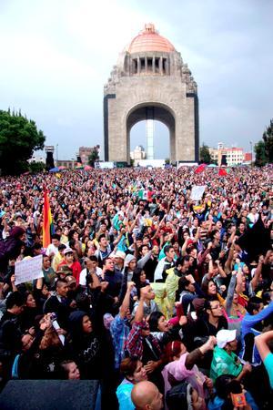 """Decenas de miles de jóvenes del movimiento Yo soy 132 marcharon en la capital mexicana para protestar por lo que consideran un """"gran número de anomalías, delitos electorales y hechos violentos"""" registrados en los comicios."""
