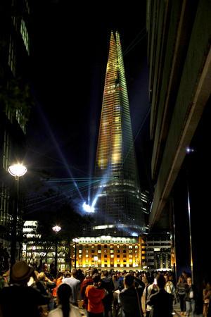 Británicos pudieron apreciar todo un espectáculo de luces en su inauguración.