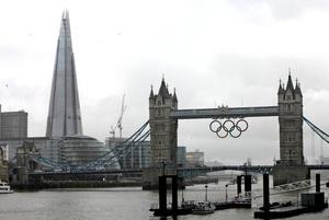 El rascacielos fue construido en la orilla del río Támesis junto al puente de Londres.