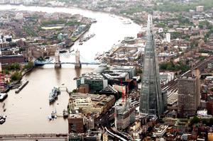 """El rascacielos, construido en la orilla sur del Támesis junto al puente de Londres, ha sido diseñado por el arquitecto italiano Renzo Piano, que lo visualiza como """"un velero que sale del río""""."""
