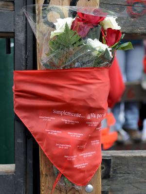 Un ramo de rosas rojas y blancas y un pañuelo rojo, símbolo de los samfermines, fueron colocados en el vallado en el que falleció Daniel, un joven español de 27 años, que murió corneado por uno de los toros del encierro del 10 de julio de 2009.