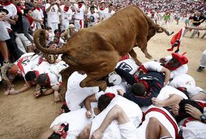 Los toros han saltado por encima de los mozos apiñados en el acceso al callejón de la plaza de toros.