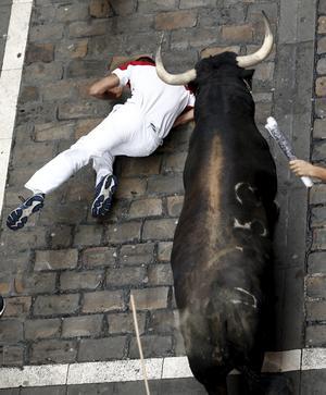 Al principio, un toro de 640 kilogramos (1.411 libras) llamado Navajito encabezó el encierro y arremetió contra los participantes.