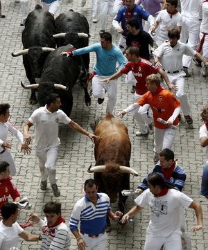 Los toros de lidia pisotearon a algunas personas en las calles resbalosas de Pamplona en el segundo encierro de la fiesta de los sanfermines, que terminó con dos heridos leves.