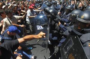 Ante esta situación, los agentes se desplegaron para disolver a los mineros empleando porras y disparando pelotas de goma.
