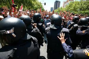 """En sus intervenciones al concluir la marcha, los principales sindicatos españoles, Comisiones Obreras (CCOO) y Unión General de Trabajadores (UGT), anunciaron la convocatoria de una """"movilización general"""" antes de que acabe julio para protestar contra los nuevos ajustes."""