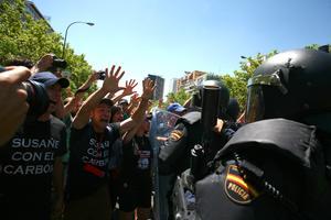 También en otro punto del recorrido, a la altura del estadio de fútbol Santiago Bernabéu, del Real Madrid, se registraron enfrentamientos entre los antidisturbios y los mineros, que denuncian con esta protesta el recorte del 63 % de las subvenciones para este año, que provocará -lamentan- el cierre de las minas del carbón.