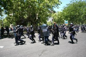 Al final de la marcha, frente a la sede del Ministerio de Industria, la Policía detuvo a cinco personas en el transcurso de una carga, mientras que 76 personas, entre ellas 33 policías, tuvieron que ser atendidas por contusiones, torceduras y crisis de ansiedad leves.