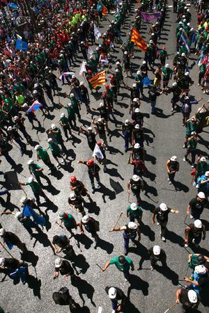 En cabeza de la multitudinaria manifestación, que había partido de la Plaza de Colón, marchaban las columnas de los más de 200 mineros que llegaron ayer a la capital desde las cuencas mineras del norte de España, de donde habían partido a pie el pasado 22 de junio.