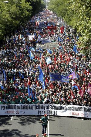 """La """"marcha negra"""" se convirtió también en un clamor contra las nuevas medidas de ajuste anunciadas hoy mismo por el presidente del Gobierno español, Mariano Rajoy, como la reducción de las prestaciones por desempleo, la subida del IVA o la eliminación de la paga de Navidad a los funcionarios."""
