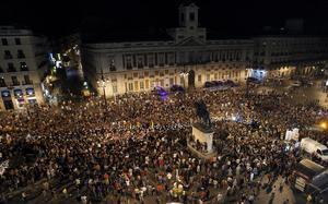 """Miles de personas acompañaron a los mineros de la """"marcha negra"""", la mayoría vestidos de negro y con las luces de sus cascos encendidas, a su llegada a la Puerta del Sol, en Madrid, destino final de una marcha de dos semanas."""