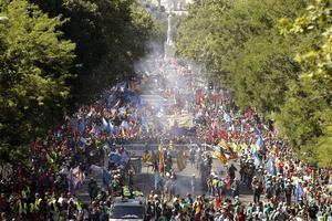 Decenas de miles de personas se manifestaron por el centro de Madrid hasta el ministerio de Industria, en apoyo a la minería española y en contra de los recortes al sector, una protesta que acabó después con algunos enfrentamientos con la policía.